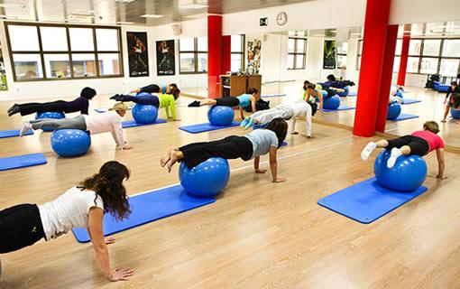 Pilates suelo sala ejercicios actividades tecnica for Gimnasio villaviciosa de odon
