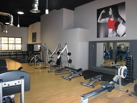 Sala de musculacion maquinas pesas entrenamiento - Fotos de maquinas de gimnasio ...