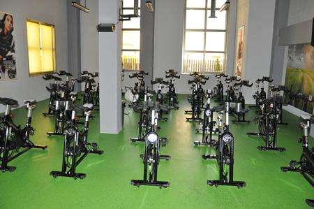Sala de spinning ciclo indoor bicis instalaciones for Gimnasio villaviciosa de odon