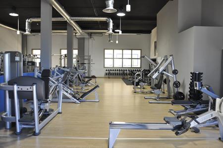 Sala de musculacion maquinas pesas entrenamiento for Gimnasio musculacion